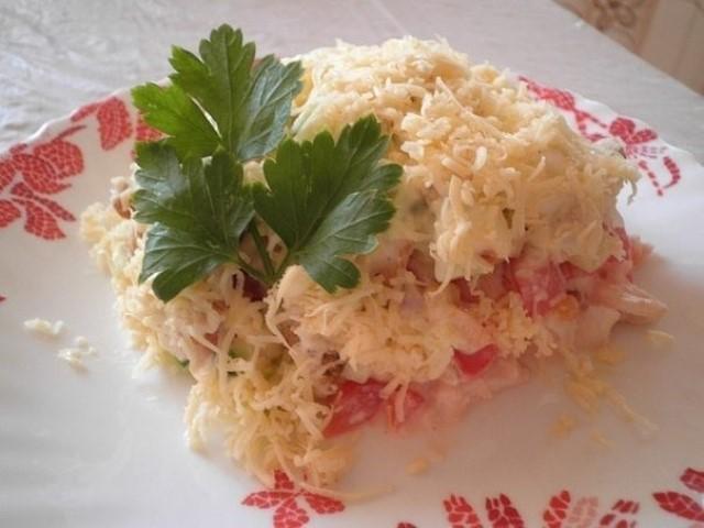 Нежный салат с куриным филе, сухариками и овощами — божественно! Фишка моего стола!