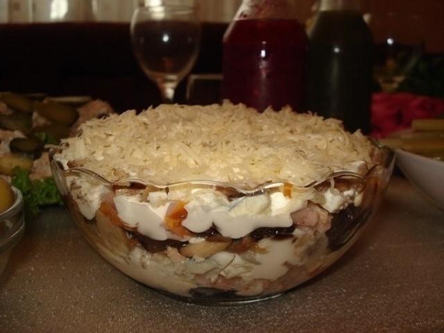 Обалденный салат с курицей и черносливом — очень простое блюдо с гармоничным вкусом.