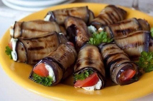 Это замечательная закуска — рулетики из баклажана с фетой и помидорами.