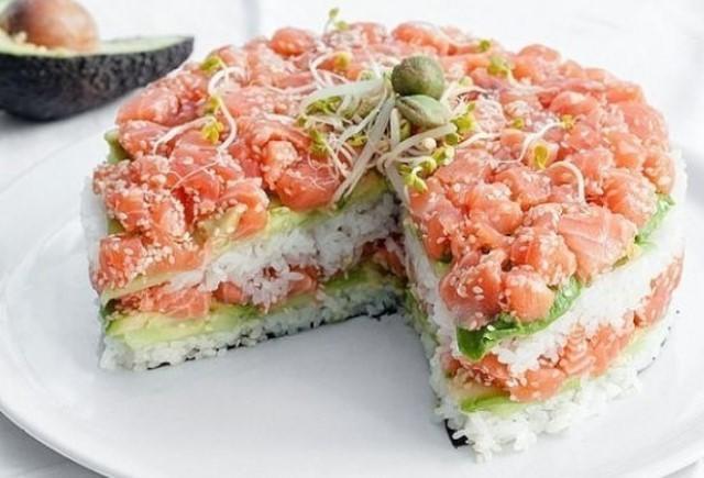 """Сытный и оригинальный салат """"Суши"""" — лучшее украшение стола."""