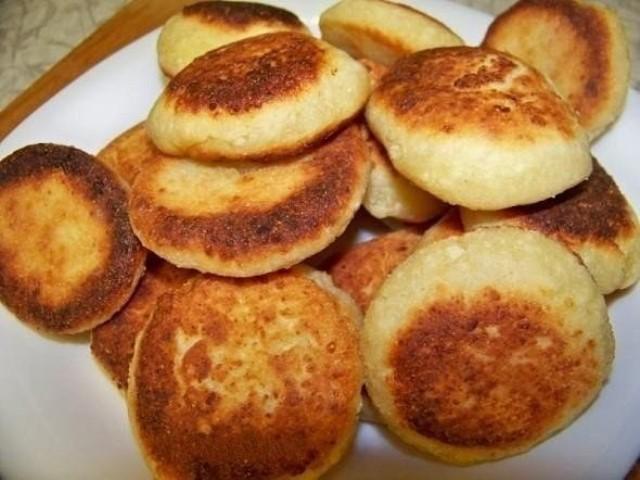 Завтрак должен быть вкусным, сытным и полезным. В таком случае всегда выручат пышные сырники с манкой.
