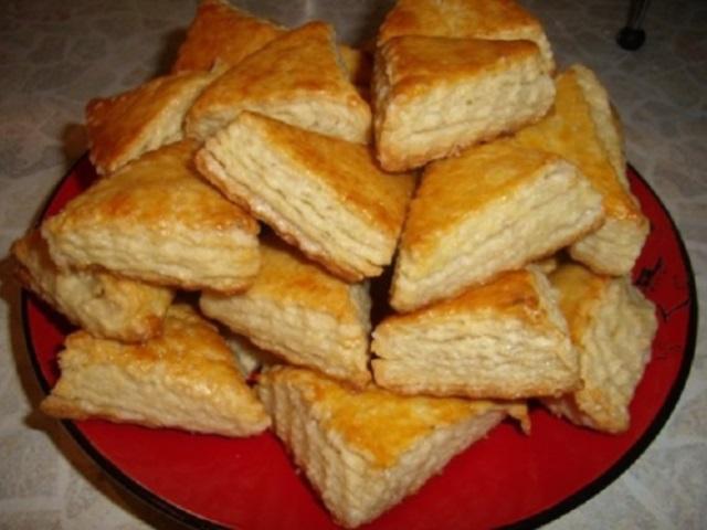 Не успели гости сесть за стол — угощение готово! Пышное, мягкое и нежное печенье на кефире…