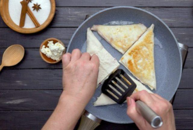 Как приготовить конвертики из лаваша с начинкой.