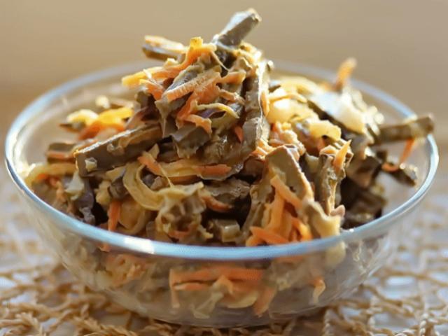 Печёночный салат – сытное дополнение к домашнему обеду, ужину или праздничному застолью.