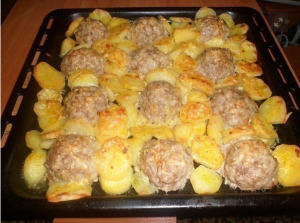 Мясные ёжики с картошкой под сыром фото