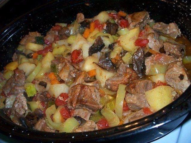 Жаркое с мясом в духовке — простой, но вкусный универсальный рецепт, т.к. он подходит по любому поводу, и для семейного ужина, и праздничного торжества.