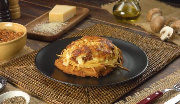 Шницель с соусом, запеченный в духовке: простой, вкусный рецепт.