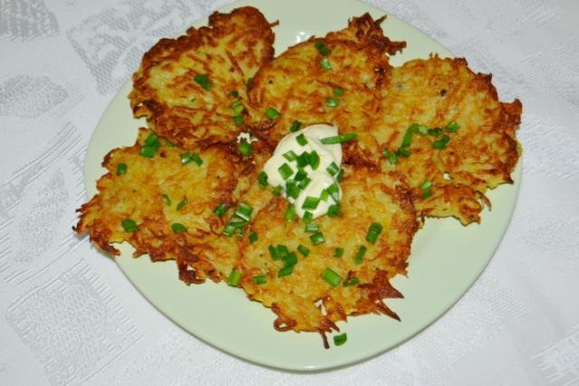 Картофельные «деруны» по-украински – с хрустящей ажурной корочкой