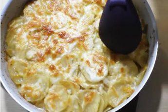 Заливаем картошку кефиром и ставим в духовку